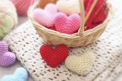 毛糸で編んだたくさんのハート