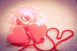 赤い糸に結ばれたハート バラの花