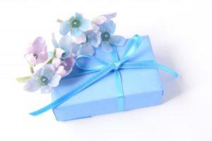 花 プレゼント 青いリボン
