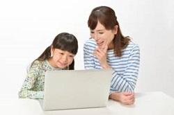 パソコンを見る母親と女の子