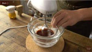 チョコをハンドミキサーで混ぜる