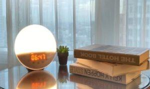 窓辺のテーブルの上にある時計と本