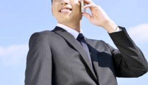 携帯で話すビジネスマン