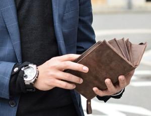 財布を開く男性