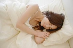 睡眠中の女性