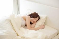 ベッドでぐっすり眠る女性