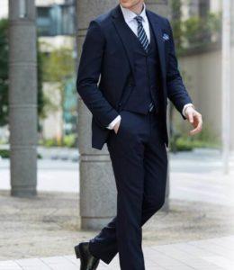 ネイビーのスーツを着た男性