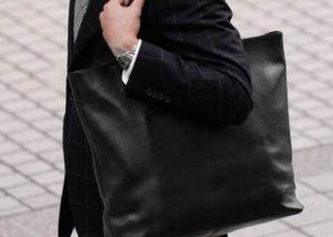 ショルダーバッグを抱えたスーツの男性