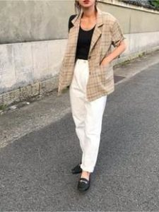 白パンツ ベージュジャケット 女性